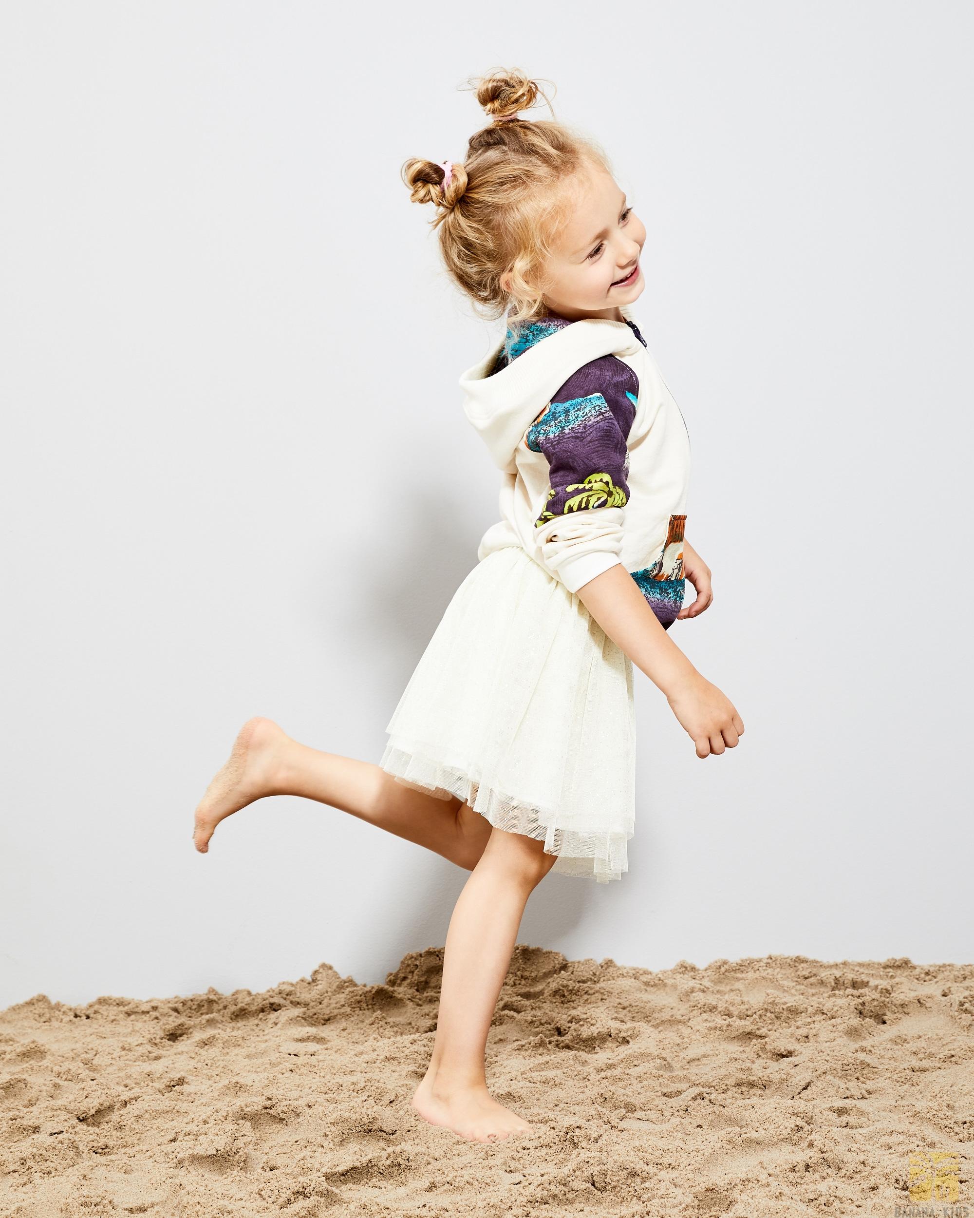 dziewczynka w modnym ubranku